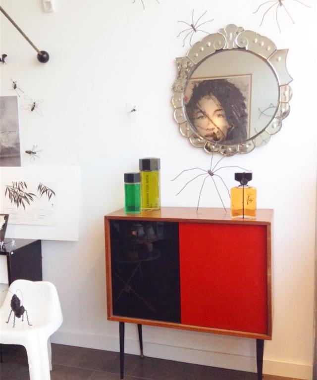 Web Mueble rojo, frascos y espejo veneciano